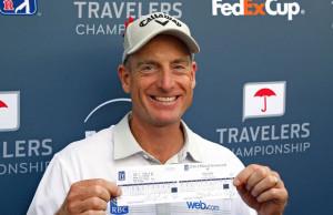 Jim Furyk se svou skór kartou s výsledkem 58 ran z posledního kola turnaje Travellers Championship.