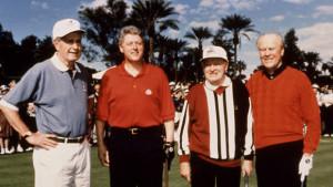 Bill Clinton na golfu ve společnosti George Busche, Geralda Forda a Boba Hopea