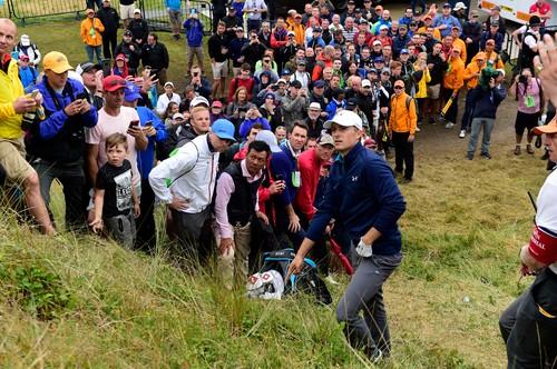 Jordan Spieth hledá na třinácté jamce finálového kola The Open místo pro drop (Foto: Profimedia)