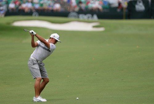 Rickie Fowler trénoval při pondělním tréninku na PGA Championship v šortkách (Foto: Profimedia)