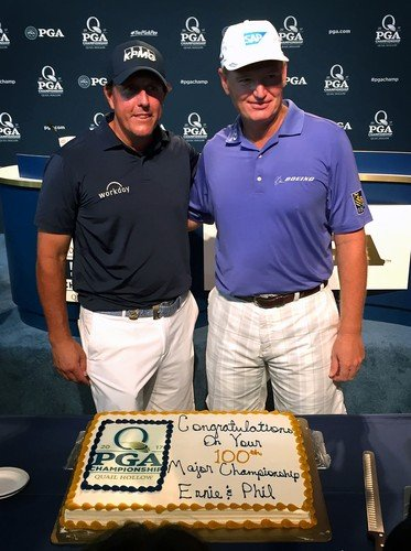 Phil Mickelson s Ernie Elsem dostali na tiskové konferenci k PGA Championship dosrt na oslavu jejich stého startu na majoru (Foto: Profimedia)