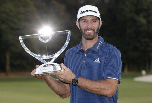 Dustin Johnson s trofejí pro vítěze Northern Trust (Foto: Profimedia)