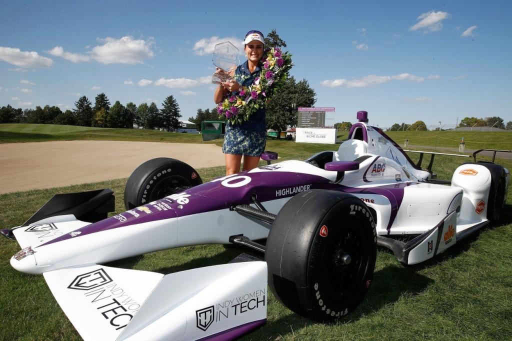 Lexi Thompson s vítěznou trofejí a formulí (Foto: Profimedia)