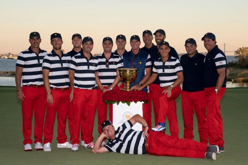 Vítězný tým USA s Presidents Cupem (Foto: Profimedia)